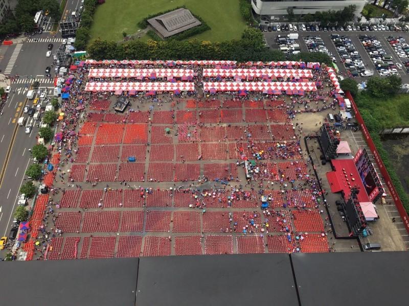網友提供的空拍圖顯示,現場椅子約2萬張。(網友提供)