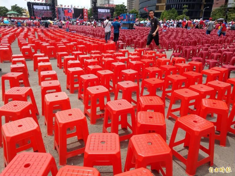 現場椅子密度頗高,間距僅30公分。(記者張瑞楨攝)