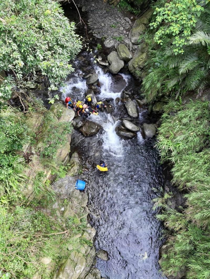 神山瀑布傳溺水意外。(翻攝畫面)