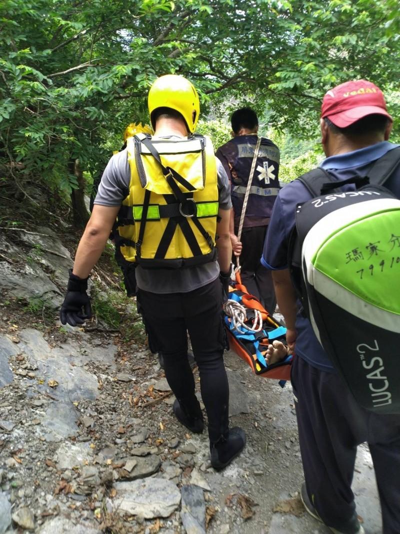 消防人員搬運搶救。(翻攝畫面)