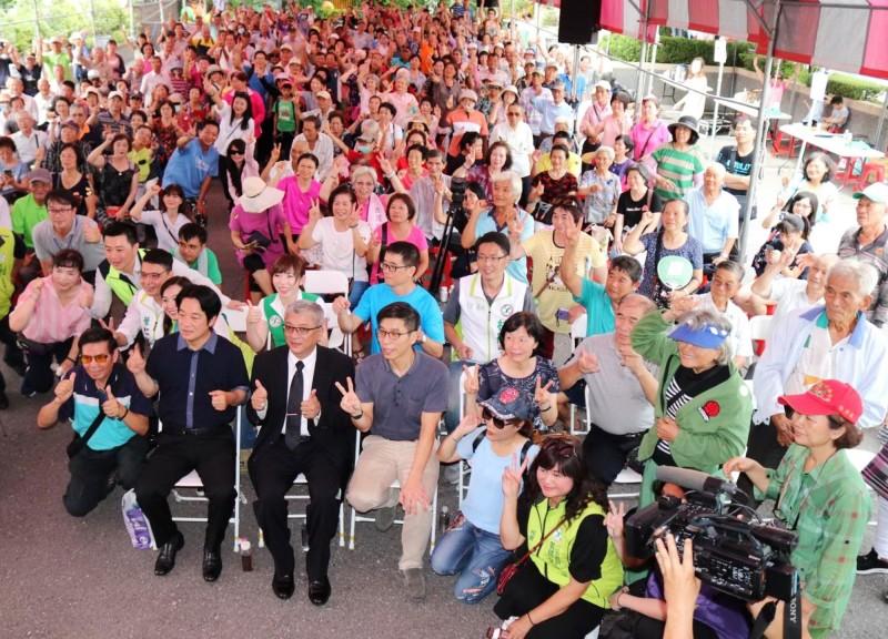 賴清德(前排座位左1)參加廣播節目的聽友會,與粉絲們合影。(郭國文服務處提供)