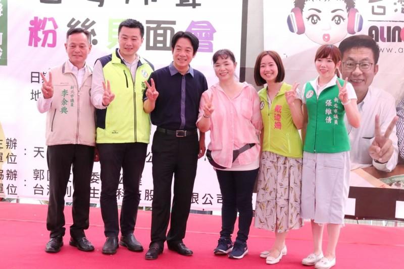 賴清德(左3)與其他縣市民意代表合影。(郭國文服務處提供)