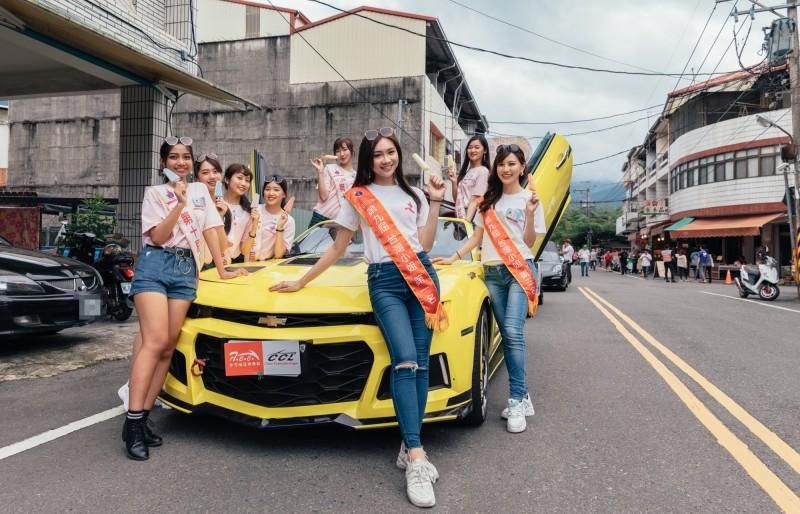 台灣小姐上屆冠軍及本屆選拔佳麗,遊行不忘幫埔里宣傳。(「照見幸福」楊敦堯提供)