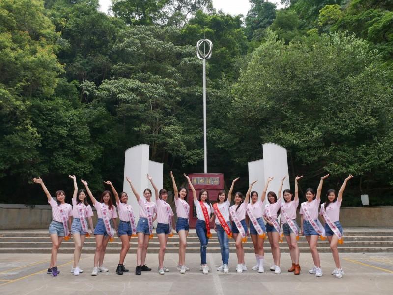幫台灣小姐選拔泳裝賽,也為埔里宣傳,口灣小姐選拔佳麗們和上屆的冠軍高曼容(左8)等人從埔里地理中心碑出發。(台灣小姐攝影總監巫少強提供)