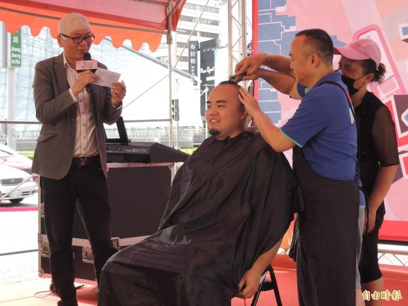 潘恒旭扮演理髮師,為活動者參與理髮。(記者王榮祥攝)