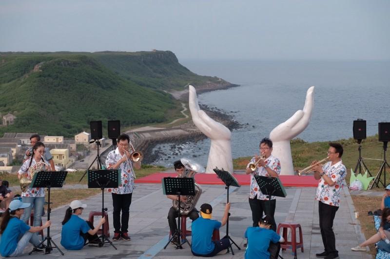 北回歸線經過的虎井嶼,傍晚舉行浪漫音樂會。(澎湖國家風景區管理處提供)