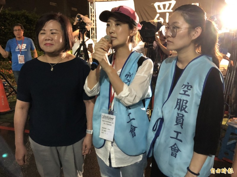 勞動部長許銘春(左一)慰問罷工空服員。(記者周敏鴻攝)