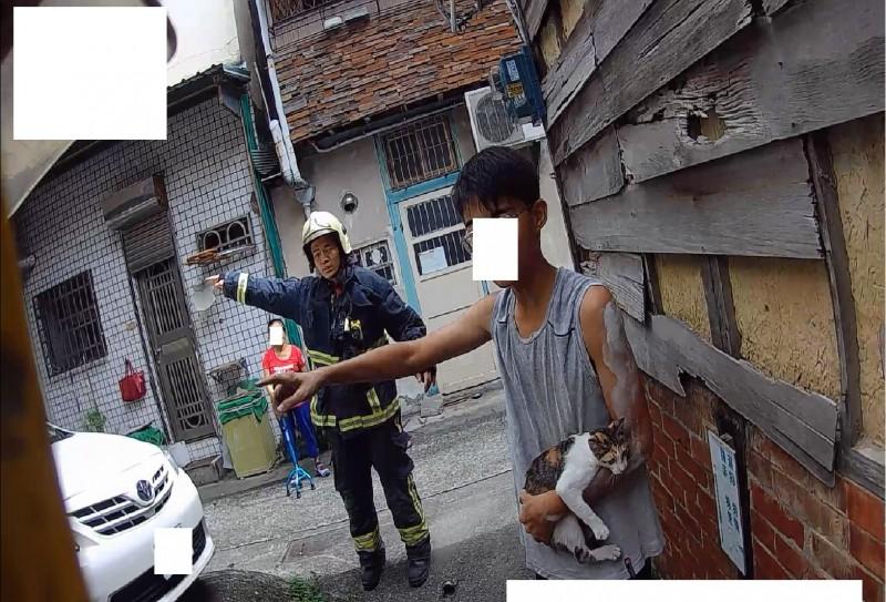陳姓國中男學生為救貓咪,受困防火巷內,所幸由警消人員協助脫困。(記者丁偉杰翻攝)