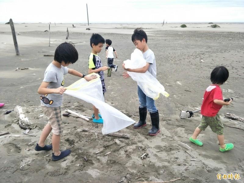 香山少年與巡守隊連淨海30天移除1噸海洋垃圾。(記者蔡彰盛攝)