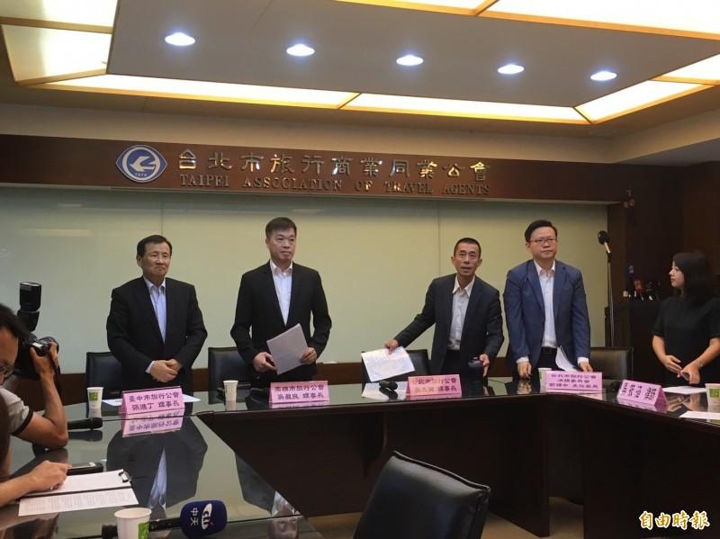 台北、台中、高雄旅行公會今天召開記者會譴責桃園市空服員職業工會突襲式罷工,造成數十萬名旅客行程延誤,要求政府盡快立法修訂15天以上的罷工預告期。(記者蕭玗欣攝)