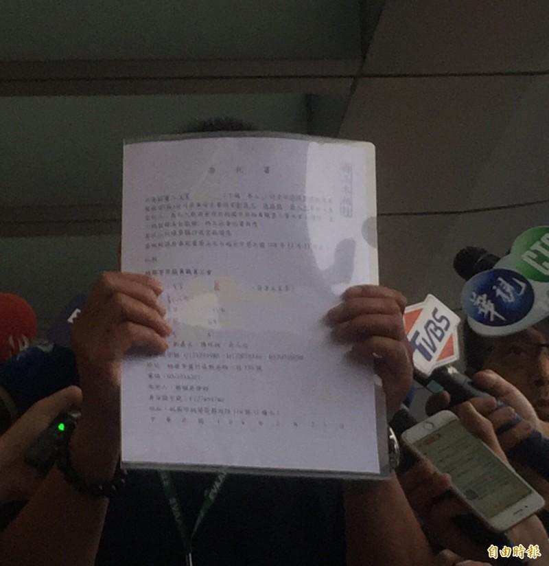 長榮航空出示委託書,聲稱已有十餘名參與罷工的空服員委託資方律師向工會取回「三寶」。(記者陳恩惠攝)