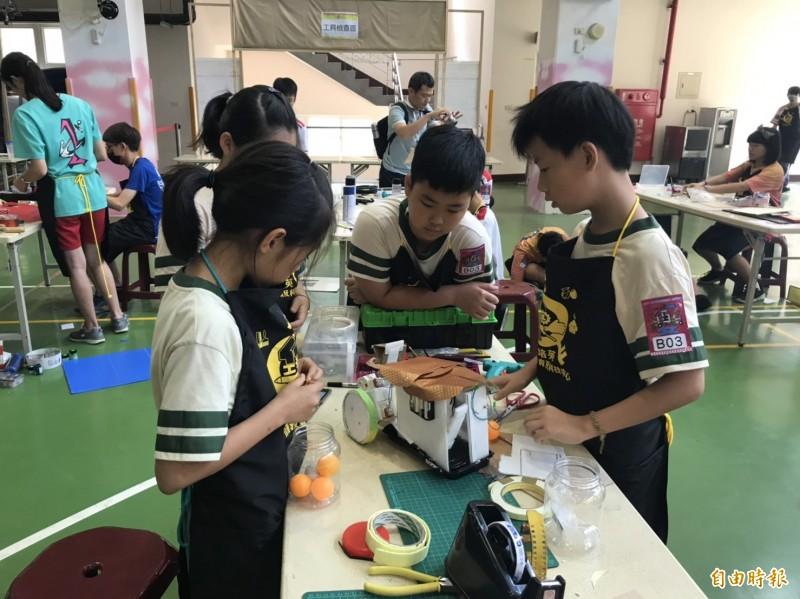 新課綱上路,新竹市國中小學教師缺額達81人,其中又以生活科技和資訊教育專長領域的師資最缺,鼓勵有此兩類專長教師參加聯甄。圖為新竹市推動AI智慧機器人和舉辦機器人競賽情形。(記者洪美秀攝)