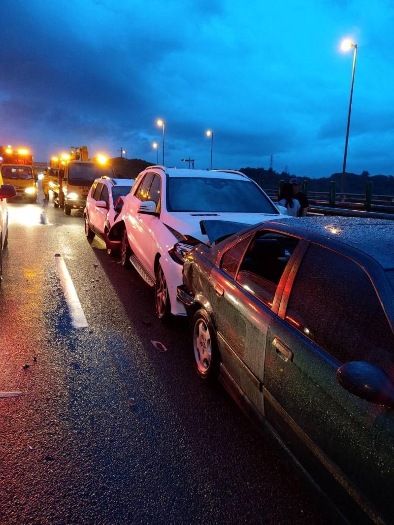 國道3號苗栗通霄段發生8車連環追撞事故。(記者鄭名翔翻攝)