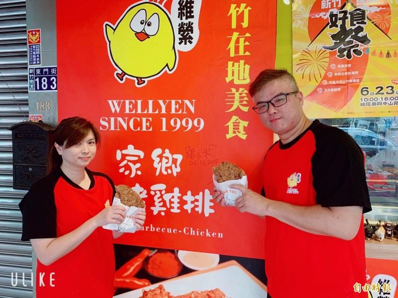陳國斌(右)與林欣瑩夫妻因雞排而結緣,更相知相惜成為恩愛夫妻,共同打拼事業。(記者蔡彰盛攝)