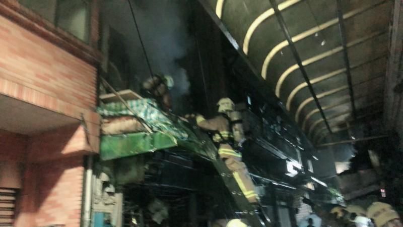 消防隊員進入屋內搶救(記者吳昇儒翻攝)