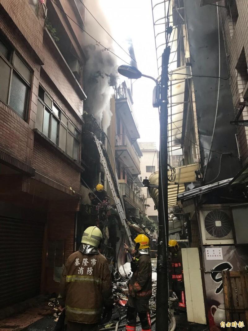 屋內堆積雜物太多,火勢仍在悶燒。(記者吳昇儒攝)