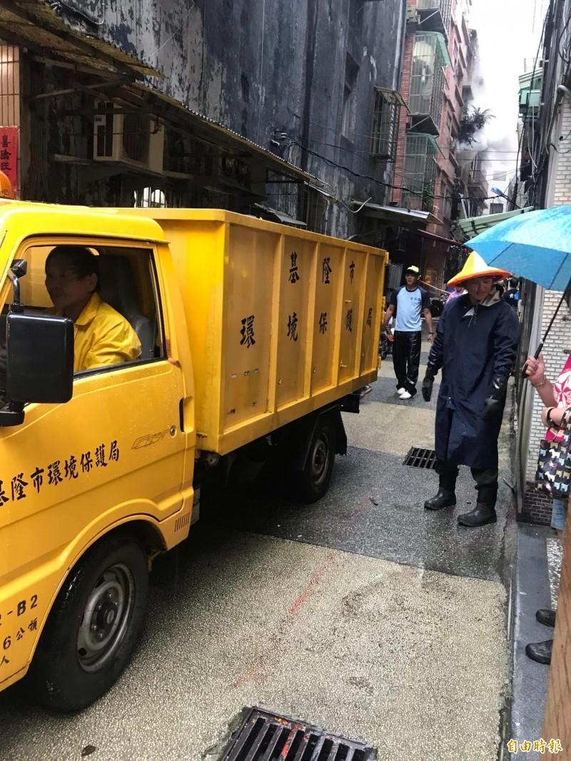 環保局出動多輛清潔車幫忙載運。(記者吳昇儒攝)