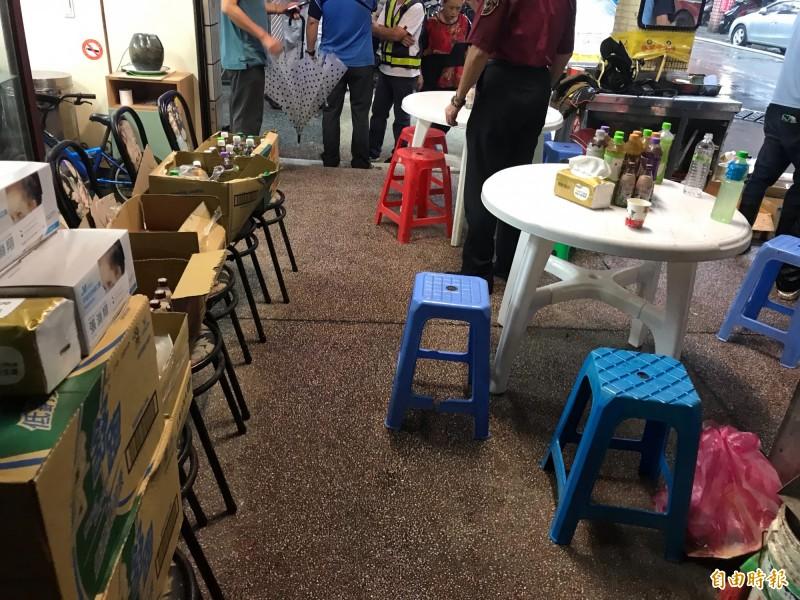 熱心民眾提供桌椅及飲料給辛苦的消防隊員稍做休息。(記者吳昇儒攝)