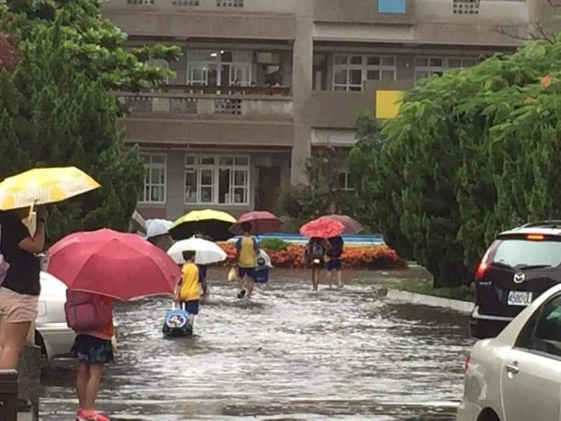 麥寮鄉清晨大雨,學生涉水上課。(讀者提供)