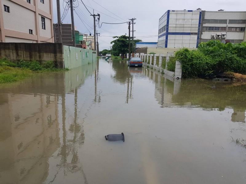 清晨大雨,麥寮市區多處積水。(讀者提供)