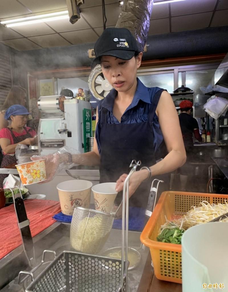 阿添蛤仔麵已由第一代的黃傳添交棒給二女兒黃芝榕,該店至今已經營50年。(記者湯世名攝)