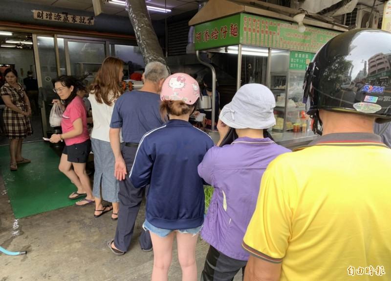 阿添蛤仔麵早上10點半開門營業時,門口早已大排長龍。(記者湯世名攝)