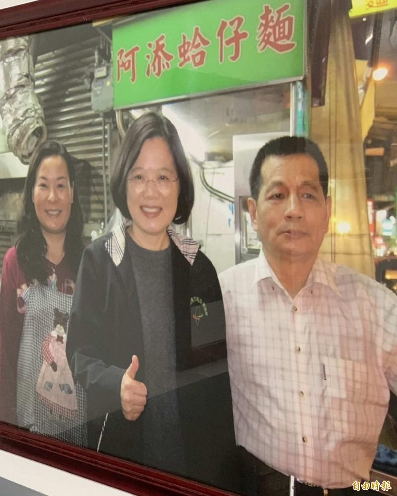 阿添蛤仔麵由黃傳添(右)經營數十年,總統蔡英文也曾慕名前來,可見這家店有多夯。(記者湯世名攝)