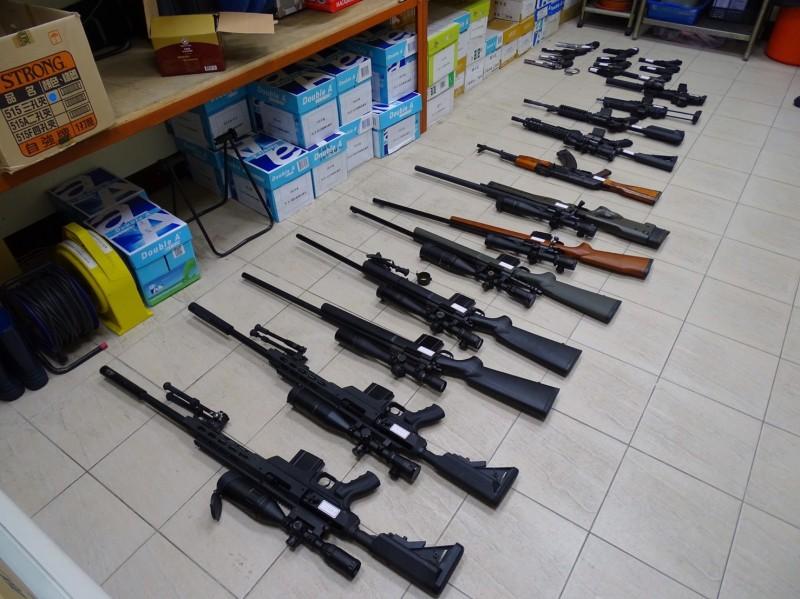警方查扣陳姓男子經營地下兵工廠的長短空氣槍。(記者周敏鴻翻攝)