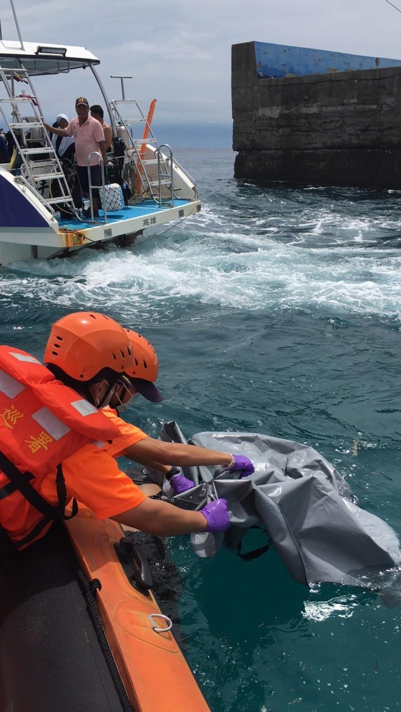 小琉球海域昨天驚傳有浮屍漂流,經打撈比對確定是前天於西子灣輕生的王姓女子。(記者陳彥廷翻攝)