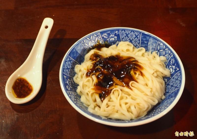陳漢宗只賣18元的乾麵,就是麵條拌上製的醬。(記者陳鳳麗攝)