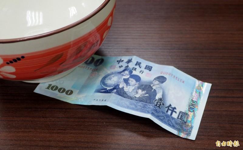善心民眾偷塞1000元在攤位,作為「待用麵」的基金。(記者陳鳳麗攝)
