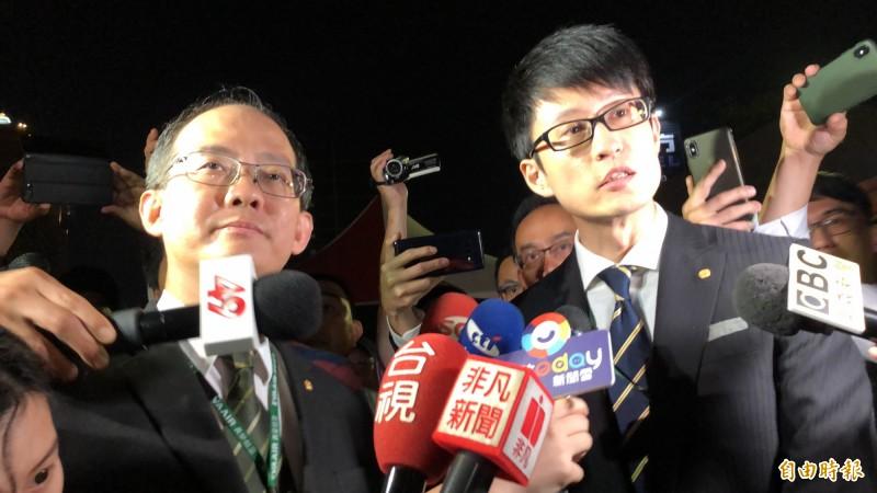 長榮航空公共關係室經理林司忠(左)在公司法務人員陪同下,再度送上代領三寶委託書影本。(記者魏瑾筠攝)