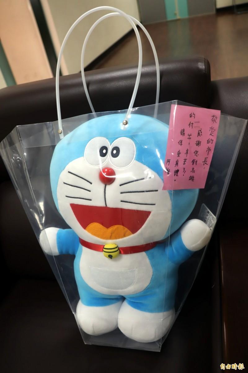 韓國瑜收到哆啦A夢,倍感窩心。(記者黃旭磊攝)
