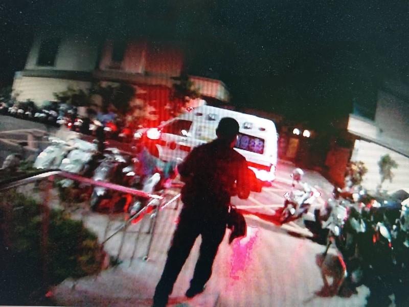 高雄市鳳山區凌晨發生街頭砍殺,2人受傷送醫。(記者蔡清華翻攝)