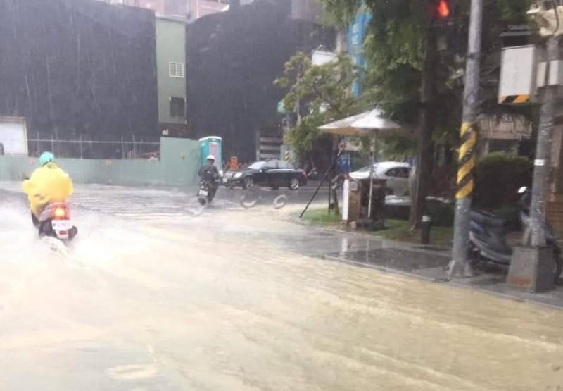 高市下起強降雨,造成多處積淹水。(擷取自公民割草行動臉書)