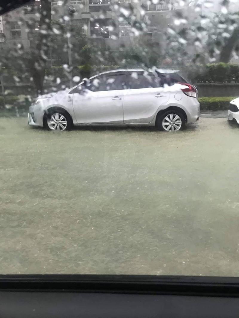 高市下起強降雨,造成多處積淹水,民眾抱怨連連。(擷取自公民割草行動臉書)