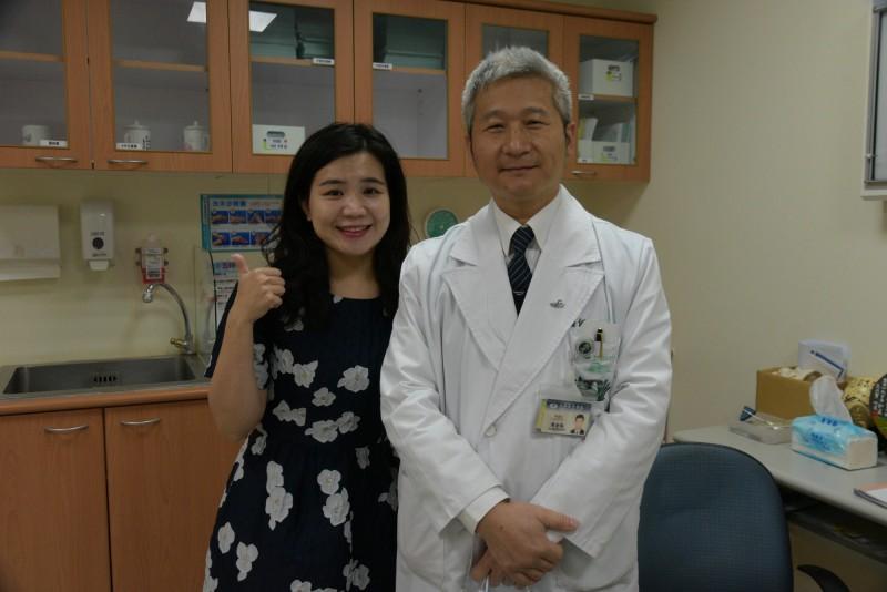 陳姓美語女教師(左)罹患罕見粘液乳頭狀室管膜瘤,感謝大林慈濟醫院副院長、神經外科主任陳金城(右),替她切除腫瘤、目前復原情形良好。(大林慈濟醫院提供)