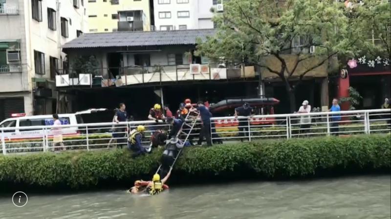 高雄1男1女掉入愛河險溺斃,28名消防、救難人員及時救起送醫。(記者黃良傑翻攝)