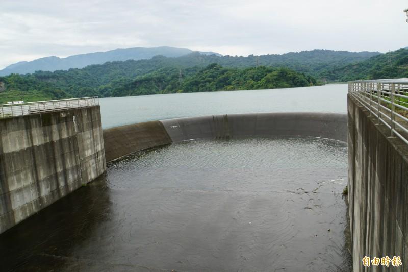 湖山水庫完工後首度滿水位,溢流堰第一次溢流。(記者詹士弘攝)