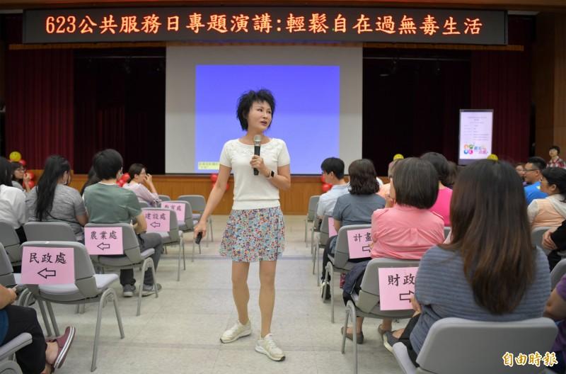 譚敦慈在南投縣府員工月會演講,教大家如何無毒過生活。(記者陳鳳麗攝)