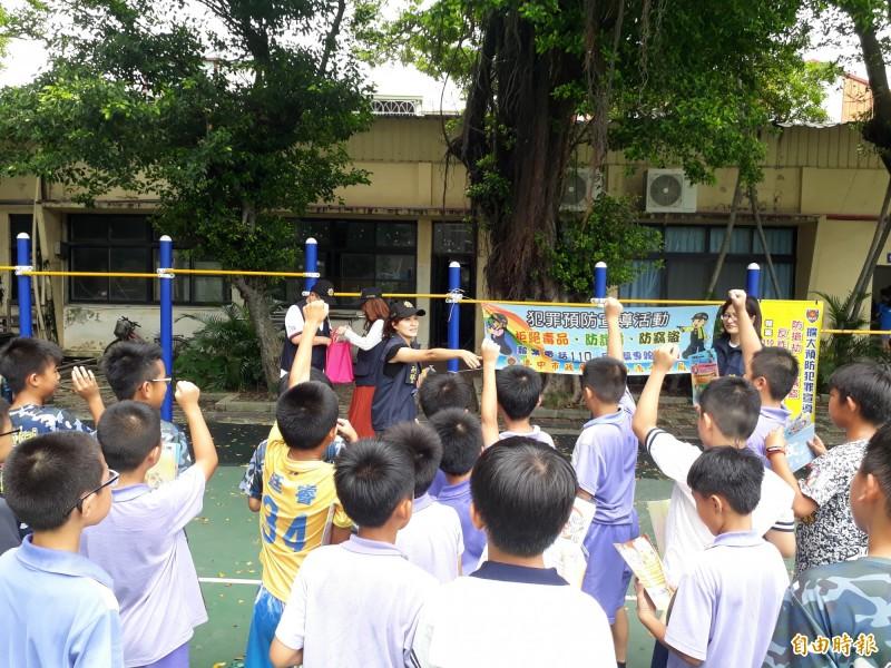 清水警分局與合盈光電公司合作舉辦暑期夏令營,造福清水偏鄉小學學童。(記者歐素美攝)