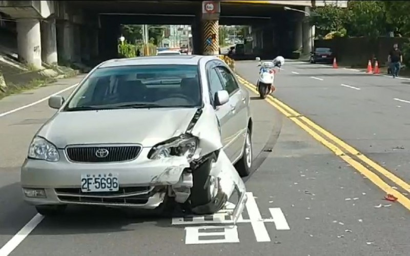 汽車右前側毀損嚴重。(記者鄭名翔翻攝)