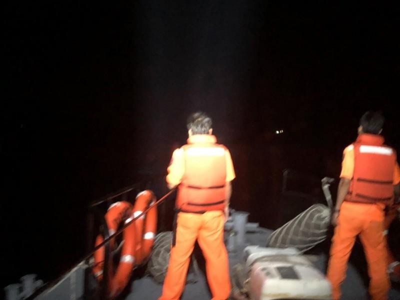 澎湖海巡隊第一時間接獲報案,連夜在印尼漁工落海地點來回搜索。(澎湖海巡隊提供)