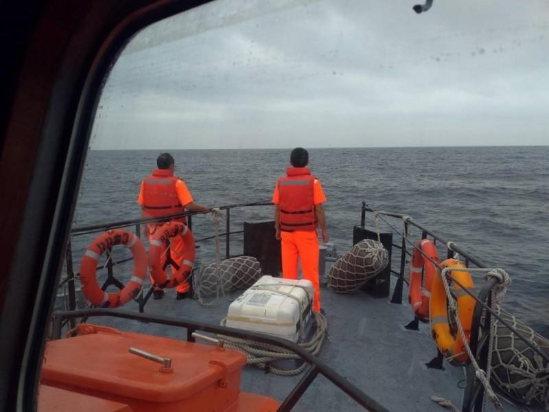 天亮後由另一艘警艇接手,繼續在該海域搜索落海漁工。(澎湖海巡隊提供)