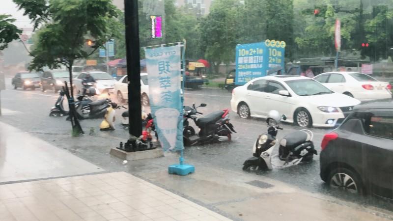 桃園市下午下起豪大雨,八德區多處路段積淹水。(記者鄭淑婷翻攝)