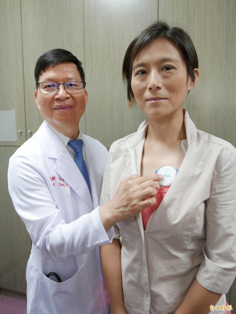 醫師曹昌堯展示國內研發的隨身睡眠檢測器紀。(記者蔡淑媛攝)