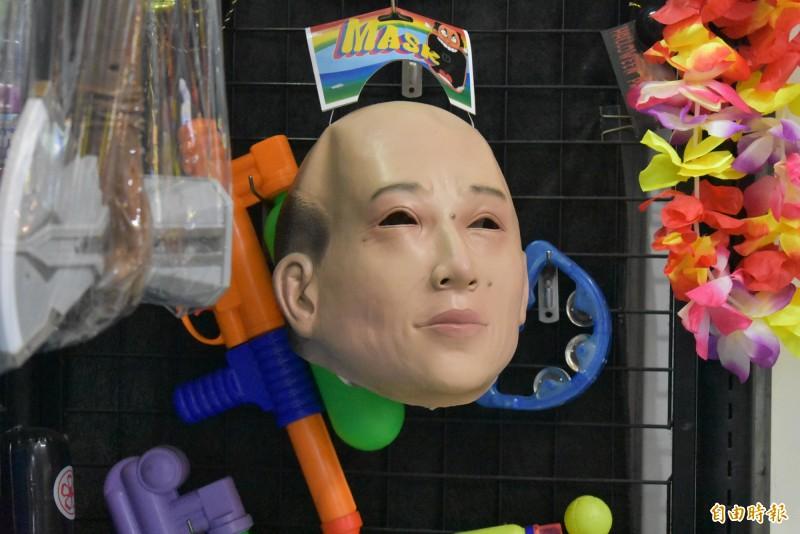 台中市寶貝多玩具店,上週六把韓國瑜頭套上架。(記者張瑞楨攝)