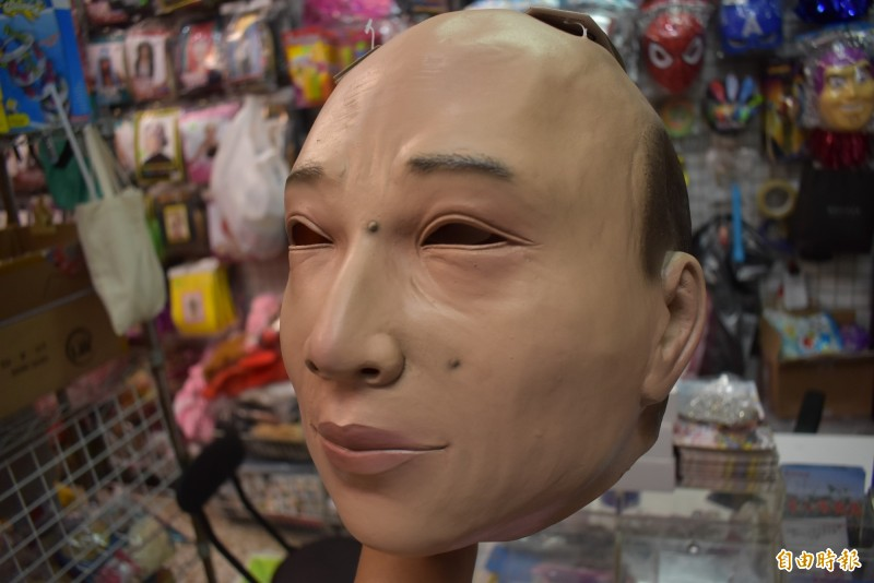 老闆說,韓國瑜頭套的購買者有兩種,韓粉與想要惡搞的學生。(記者張瑞楨攝)