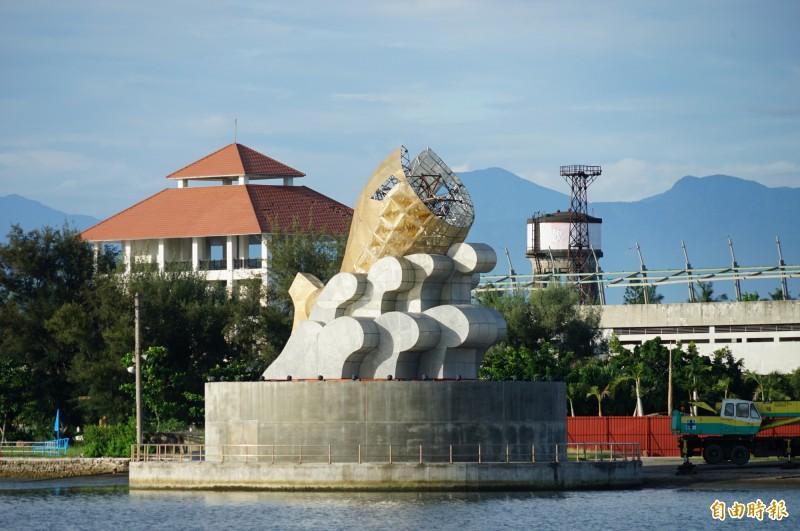 留置於大鵬灣的台灣燈會主燈「巨鮪來富」魚頭不見了!(記者陳彥廷攝)