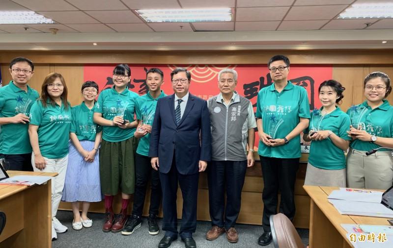 桃園市長鄭文燦接見「桃園戰隊」的教師及工作人員。(記者謝武雄攝)